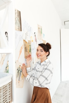 幸せな女ファッションイラストレーター描画
