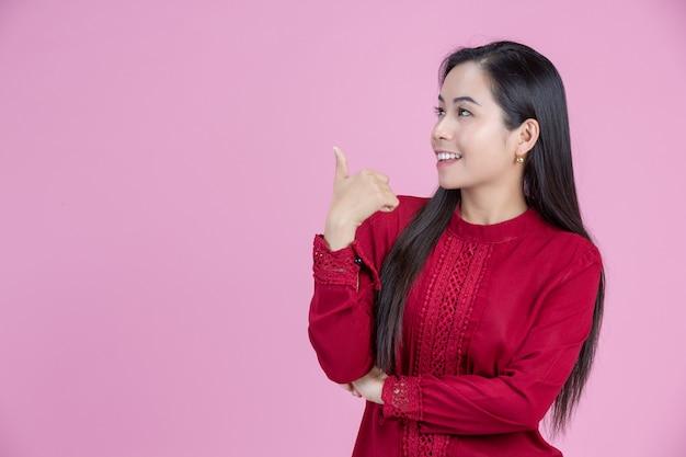 Счастливая женщина, давая пальцы