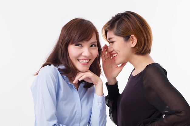 Счастливая женщина сплетничает с забавными слухами