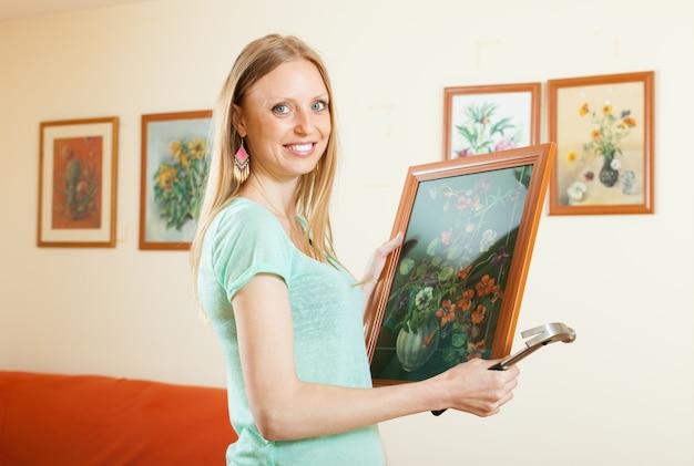 Счастливая женщина висит художественная фотография