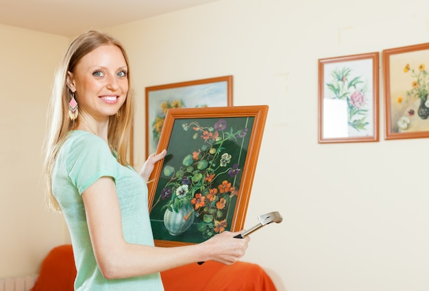写真をぶら下げている幸せな女性
