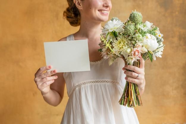 Счастливая женщина, держащая пустую карточку с букетом цветов