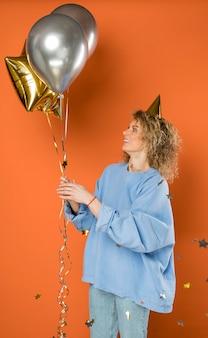 風船を持って幸せな女性