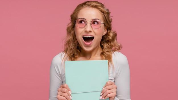 Счастливая женщина, держащая книгу