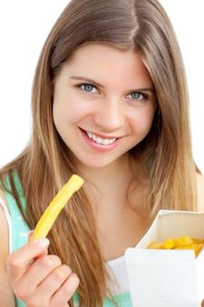 Счастливый женщина держит чипсы на белом фоне
