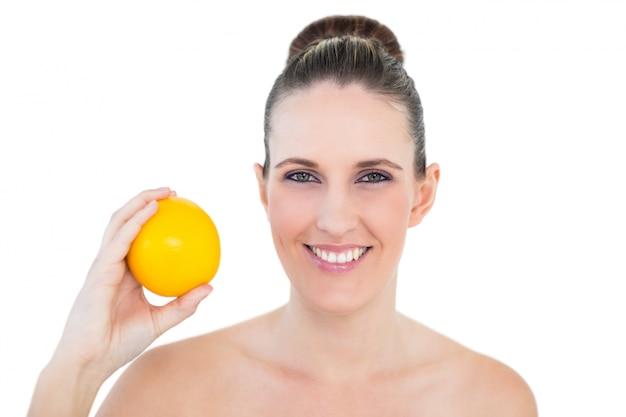 オレンジ色の幸せな女性