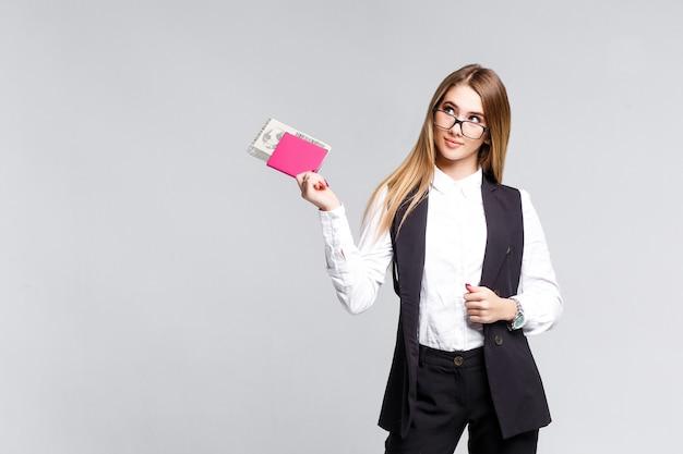 분홍색 여권을 들고 행복한 여자