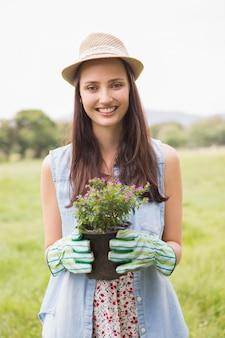 화분에 심는 꽃을 들고 행복 한 여자