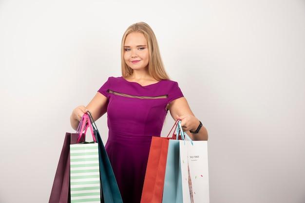 ショッピングバッグを持って幸せな女性。