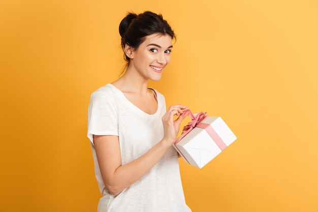 Счастливая женщина, держащая подарочную коробку-сюрприз