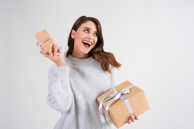 2つの贈り物を保持している幸せな女性