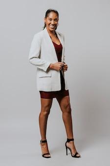 Счастливая женщина в пиджаке