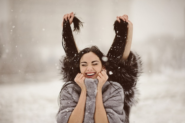 눈 덮인 겨울 날에 행복 한 여자
