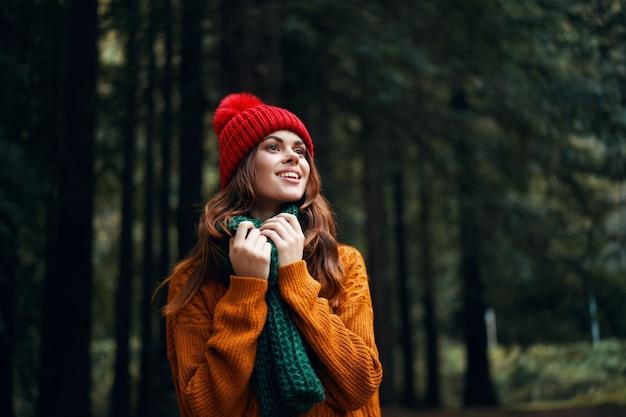 Счастливая женщина в осеннем свитере на природе