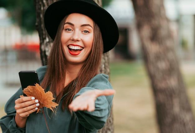 Счастливая женщина осенью с копией пространства