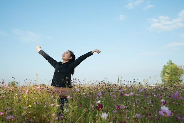 コスモスの花と美容分野で幸せな女性