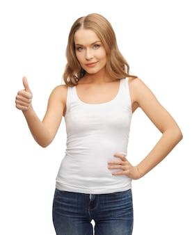 Счастливая женщина в пустой белой футболке с большими пальцами руки вверх