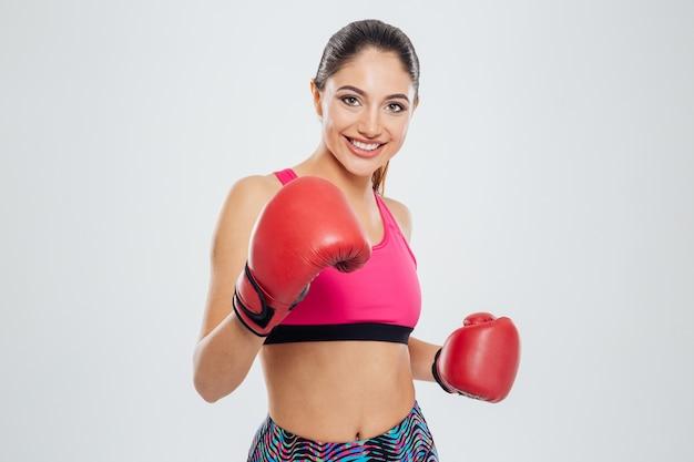 カメラを見てボクシンググローブで幸せな女性
