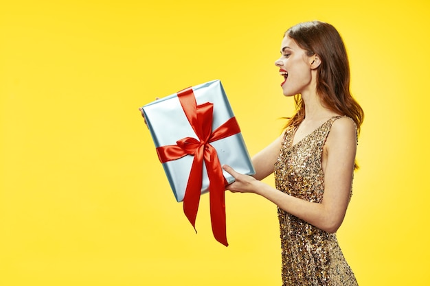 선물 상자 크리스마스 새 해 휴일 이브닝 드레스에 행복 한 여자
