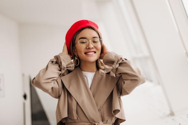 窓に微笑んでメガネで幸せな女性