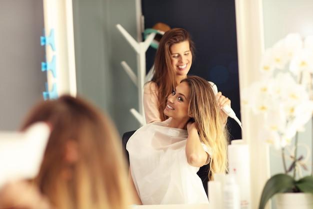 美容院で幸せな女性