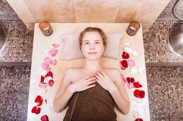 터키 식 목욕탕 또는 터키 식 목욕탕에서 행복 한 여자는 휴식을 취하십시오.