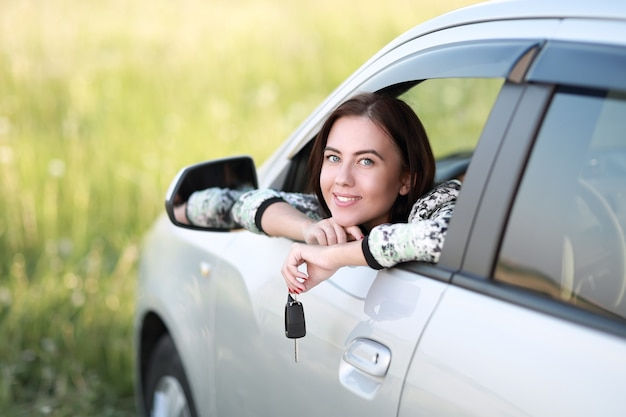 그녀의 차 키를 들고 행복 한 여자
