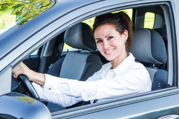 Счастливая женщина в своей новой машине