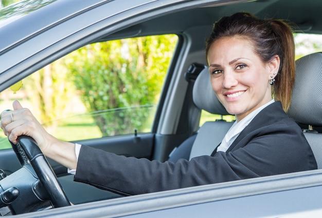 彼の新しい車で幸せな女性