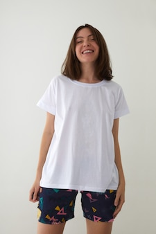 スタジオでパジャマを着た幸せな女性が笑う