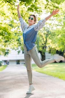 Счастливая женщина в парке летом