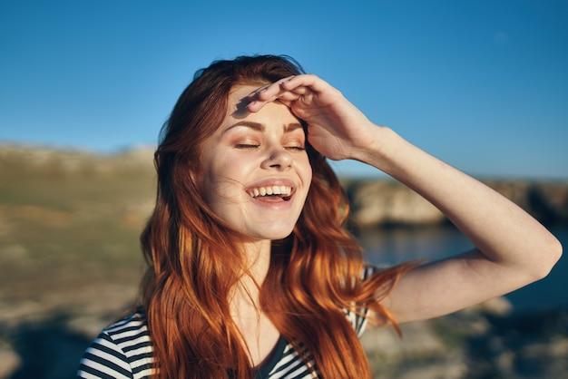 湖の休暇の近くのビーチの山で幸せな女性リラックス笑顔モデル