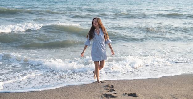 바다 파도에 행복 한 여자입니다. 고품질 사진