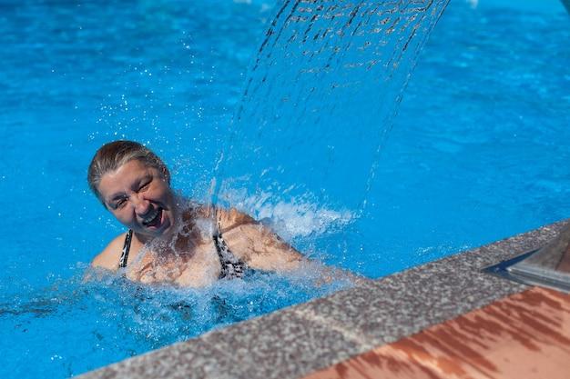 행복한 여자는 리조트에서 여름에 쉬고 있습니다 사람은 열대 리조트에서 여름 휴가를 즐기고...