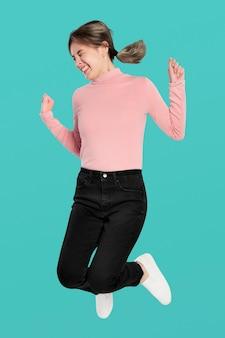 공중에서 점프하는 행복 한 여자