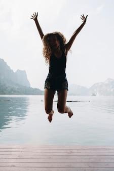 幸せな女が喜びでジャンプ