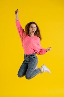 점프하는 행복 한 여자