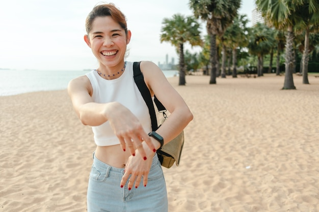 행복한 여자가 웃고 해변을 걷다