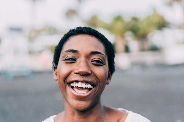 Счастливая женщина смеется на пляже