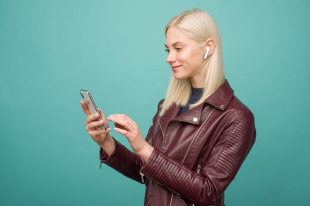 행복한 여자 듣는 음악 apple airpods 무선