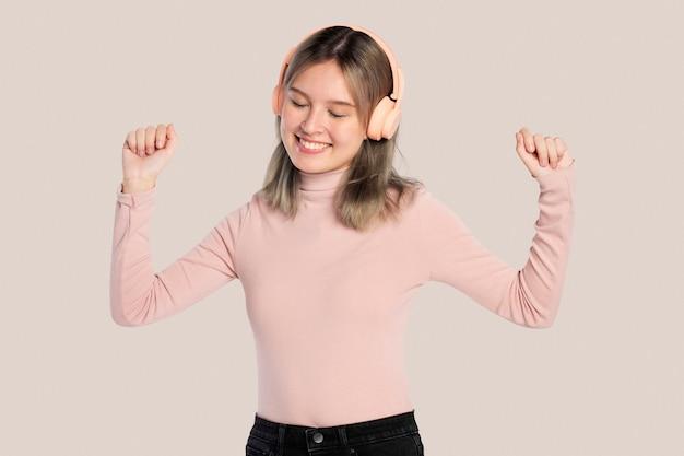 Donna felice che ascolta musica dalle cuffie