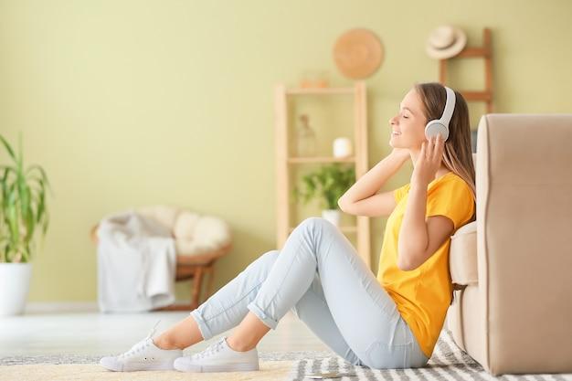 Счастливая женщина, слушающая музыку дома