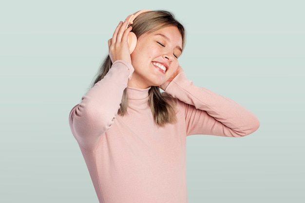 헤드폰에서 음악을 듣고 행복 한 여자