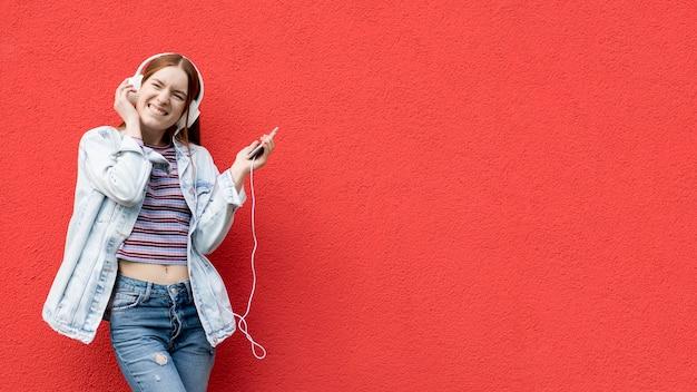 음악을 듣고 행복 한 여자