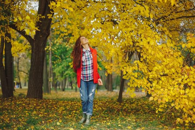 가 나무에 흥분을 찾고 행복 한 여자