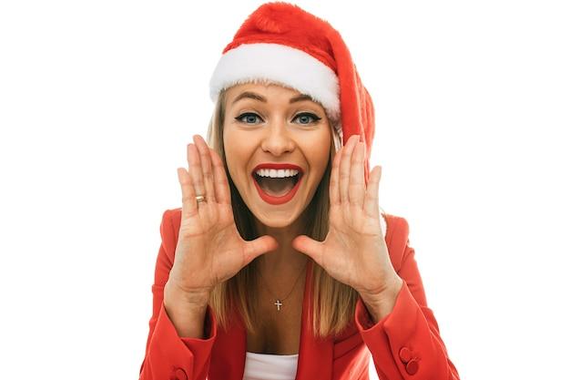 幸せな女性は大声で新年を喜ぶ、分離された画像