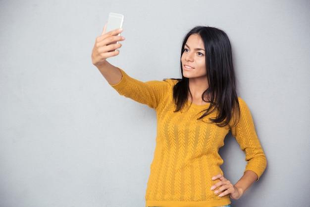 自撮り写真を作る幸せな女性