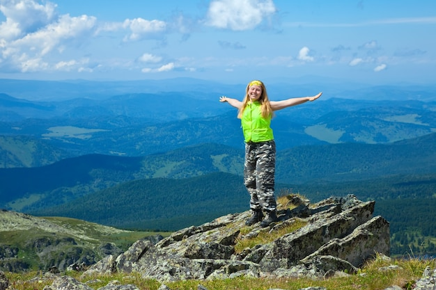 Donna felice al picco di montagna
