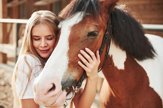 昼間の牧場で幸せな女性。