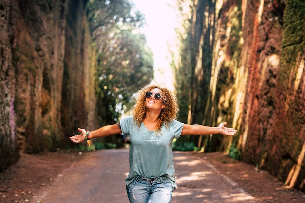 Счастливая женщина, открывая объятия и улыбка